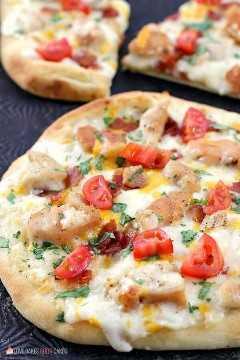 """Adicione um novo favorito à noite de pizza com esta Pizza de Pão Naan Chicken Chicken Bacon Ranch! Esta combinação de sabores combina bem com pão naan e é a idéia perfeita para pizza! """"Width ="""" 600 """"height ="""" 900 """"srcset ="""" https://www.lovebakesgoodcakes.com/wp-content/uploads/2018/08/Chicken -Bacon-Ranch-Naan-Bread-Pizza-4a.jpg 600w , https://www.lovebakesgoodcakes.com/wp-content/uploads/2018/08/Chicken-Bacon-Ranch-Naan-Bread-Pizza-4a- 200x300.jpg 200w """"tamanhos ="""" (largura máxima: 600px) 100vw , 600px """"data-jpibfi-post-excerpt ="""" """"data-jpibfi-post-url ="""" https://www.lovebakesgoodcakes.com/chicken- bacon-ranch-naan-bread-pizza / """"data-jpibfi-post -title = """"Pizza de pão Naan Ranch de bacon com frango"""" data-jpibfi-src = """"https://www.lovebakesgoodcakes.com/wp-content/uploads/ 2018/08 / Chicken-Bacon Ranch-Naan-Bread- Pizza-4a.jpg"""