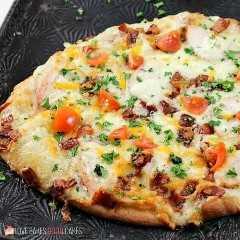 """Adicione um novo favorito à noite de pizza com esta Pizza de Pão Naan Chicken Chicken Bacon Ranch! Esta combinação de sabores combina bem com pão naan e é a idéia perfeita para pizza! """"Width ="""" 600 """"height ="""" 600 """"data-jpibfi-post-excerpt ="""" """"data-jpibfi-post-url ="""" https: // www .lovebakesgoodcakes.com / chicken-bacon-ranch-naan-bread- pizza / """"data-jpibfi-post-title ="""" Pizza de pão Naan Ranch de frango com bacon """"data-jpibfi-src ="""" https://www.lovebakesgoodcakes.com / wp-content / uploads / 2018/08 / Chicken-Bacon- Rancho-Naan-pão-Pizza-SQUARE-WM.jpg"""