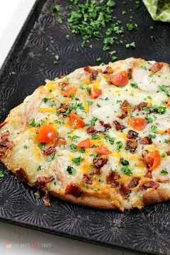 """Adicione um novo favorito à noite de pizza com esta Pizza de Pão Naan Chicken Chicken Bacon Ranch! Esta combinação de sabores combina bem com pão naan e é a idéia perfeita para pizza! """"Width ="""" 600 """"height ="""" 900 """"srcset ="""" https://www.lovebakesgoodcakes.com/wp-content/uploads/2018/08/Chicken -Bacon-Ranch-Naan-Bread-Pizza-3a.jpg 600w , https://www.lovebakesgoodcakes.com/wp-content/uploads/2018/08/Chicken-Bacon-Ranch-Naan-Bread-Pizza-3a- 200x300.jpg 200w """"tamanhos ="""" (largura máxima: 600 px ) 100vw, 600 px """"data-jpibfi-post-excerpt ="""" """"data-jpibfi-post-url ="""" https://www.lovebakesgoodcakes.com/chicken- bacon-ranch-naan-naan-bread-pizza / """"data- jpibfi-post-title = """"Pizza de pão Naan Ranch de bacon com frango"""" data-jpibfi-src = """"https://www.lovebakesgoodcakes.com/wp-content/uploads/ 2018/08 / Chicken-Bacon-Ranch-Naan -Bread-Pizza-3a.jpg"""