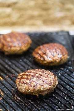 O hambúrguer de taco grelhado é um toque saboroso em um hambúrguer tradicional com muito sabor mexicano, pico de gallo e queijo derretido. Experimente a receita de hambúrgueres de taco grelhados.
