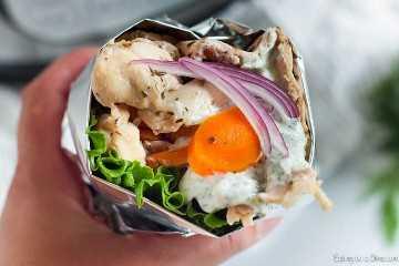 Prepare a receita Instant Gyro Chicken Pot para uma refeição fácil de preparar e deliciosa. O frango é tão macio e o molho tzatziki caseiro é incrível.