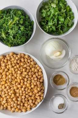 Ingredientes para preparar a receita: grão de bico, coentro, salsa, cebola, especiarias.
