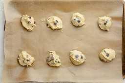 Masa para galletas en papel pergamino antes de hornear