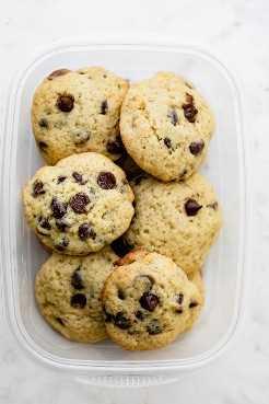 Las galletas con chispas de chocolate y plátano se almacenan en tupperware
