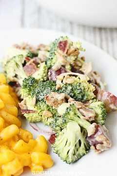 Salada cremosa de brócolis com bacon - Esta salada cremosa de brócolis com bacon é uma das melhores saladas de brócolis que já tive. Possui bacon, uvas, sementes de girassol e um molho cremoso com pouca gordura. O | halfscratched.com