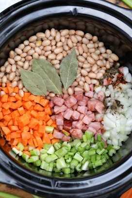 O Slow Cooker Ham e Bean Soup tem um cheiro paradisíaco em fogo baixo e tem um gosto incrível! #receitafacil #receitafacil #receitafacil