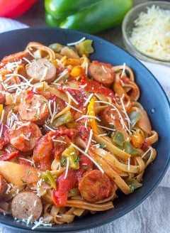 Salsichas quentes e pasta de pimenta, salsichas e pimenta, pasta de salsicha, salsichas de frango
