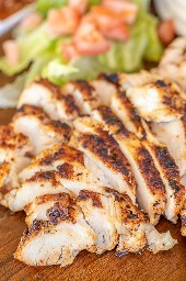 fajitas de pollo en una tabla de servir