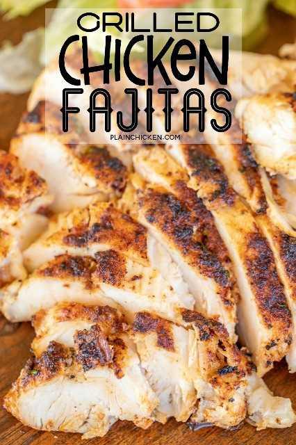 fajitas de pollo a la parrilla en una tabla de servir