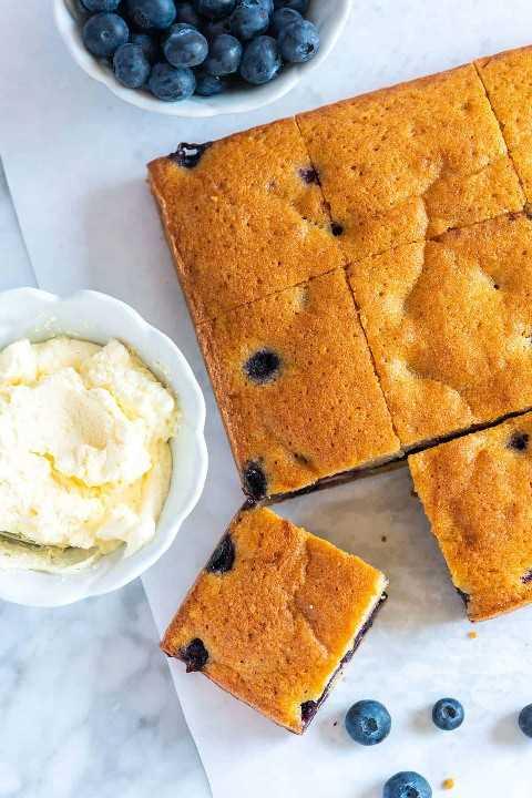 Inspirada no bolo, esta receita de torta de mirtilo tem uma migalha macia, rica e amanteigada.