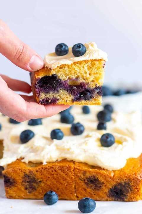 Inspirada en el bizcocho, esta receta de pastel de arándanos tiene una miga tierna, rica y mantecosa.