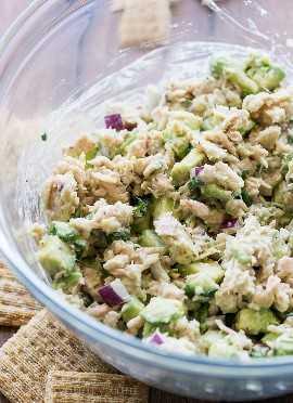 Minha família AMEI esta salada rápida e fácil de atum e abacate! Nós o usamos em cookies.