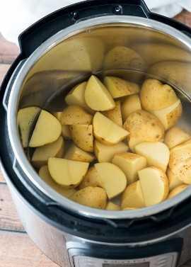 Cubra as batatas na panela instantânea com água e defina para 8 minutos.