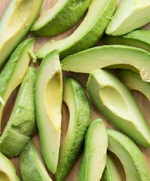 Foto aérea de abacate fatiado na tábua