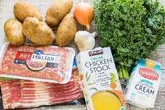 Ingredientes de ajo, col rizada, papas, cebolla y salchichas italianas calientes para toscana zuppa