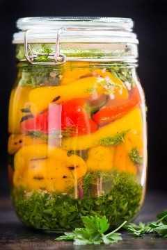 Receita de pimenta marinada em uma jarra com ervas