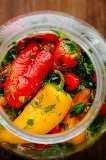 Vista superior de mini pimentões marinados em jar