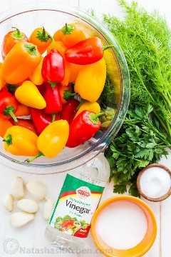 Ingredientes para receitas de pimenta marinada com mini pimentos, endro, salsa e alho.