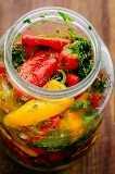 mini pimentas com marinada em uma jarra