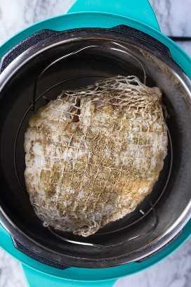 Peito de açafrão sem osso temperado cru em conserva instantâneo