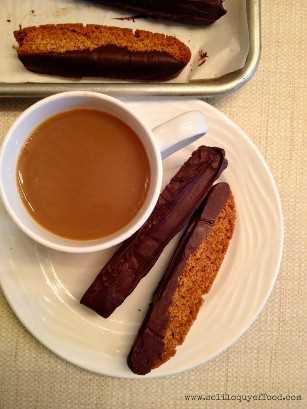 Mel mergulhado em chocolate Graham Biscotti - Bebidas aprovadas para mergulhar: café, chá, chocolate quente, leite www.soliloquyoffood.com via Love Bakes Good Cakes
