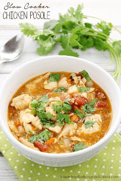 Deixe o seu fogão lento fazer o trabalho! Com ingredientes como frango, tomate, cenoura, cebola e milho em um caldo saboroso e saboroso, este Posole de frango lento é rico em sabores mexicanos! #slowcooker #mexican #soup