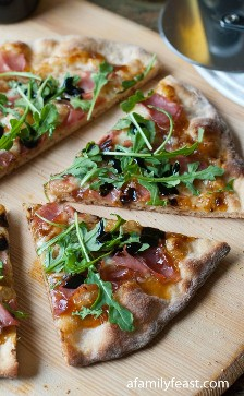 Pizza de rúcula de presunto e figo: uma festa em família