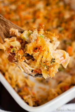 Adoramos caçarolas e esta receita fácil de caçarola de atum não decepciona. É muito cremoso e a cobertura é crocante e deliciosa. Tente isso hoje!