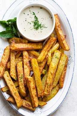 Prato grande de batatas fritas com molho do Oriente Médio
