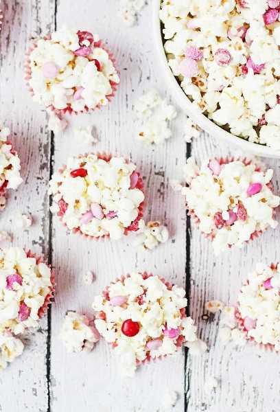 Bolas de palomitas de maíz de San Valentín con 3 ingredientes: las bolas de palomitas de maíz de San Valentín son un regalo súper divertido para servir en las fiestas de San Valentín. ¡Con solo tres ingredientes, son súper rápidos y fáciles de hacer! El | halfscratched.com #valentinesday #recipe #popcorn