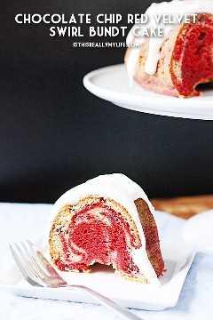 Pastel de chocolate con remolino y terciopelo rojo - Pastel de chocolate con terciopelo y remolino rojo combinado con dos sabores de mezcla de pastel con mini chips de chocolate para un delicioso postre de San Valentín. El | halfscratched.com #cake #recipe #dessert #redvelvet