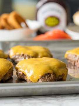 Esses hambúrgueres de churrasco de mel para churrasco são hambúrgueres grossos e suculentos, cobertos com queijo, molho barbecue para churrasco do Sweet Baby Ray e anéis de cebola crocantes. É uma festa na sua boca!