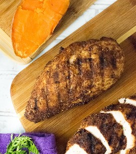 Peitos de frango grelhados, esfregados com especiarias