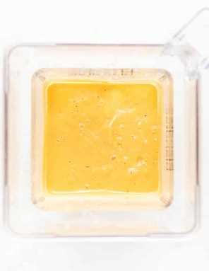 un licuado de camote mezclado en una jarra licuadora