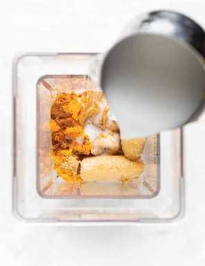 la leche se vierte en la licuadora con otros ingredientes batidos
