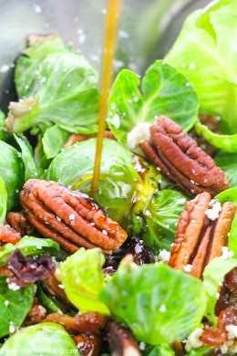 ¡Esta ensalada de tocino y coles de Bruselas con vinagreta de semillas de amapola es deliciosa y saludable! Además, ¡puedes usar la vinagreta de semillas de amapola en cualquier cosa!