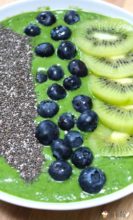 Tazón de batido verde con arándanos y kiwi
