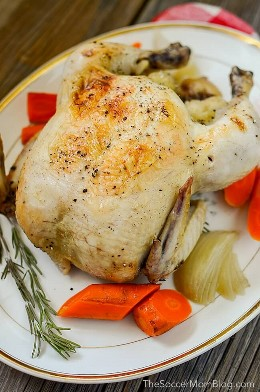 Cozinhar frango em uma panela elétrica sempre dará a você um frango assado perfeitamente macio e suculento em uma panela lenta!