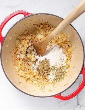 cebola, alho, ervas e farinha em forno holandês