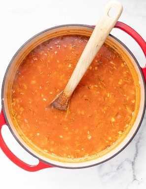 base de sopa no forno holandês antes de adicionar salsichas, cerveja e macarrão