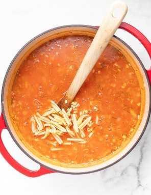 perna seca adicionada à sopa no forno holandês