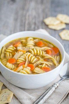 Sopa de fideos de pollo fácil y deliciosa. ¡El secreto está en los muslos de pollo! @natashaskitchen