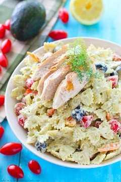 Esta salada de macarrão cremosa é embalada com frango grelhado suculento, um arco-íris de legumes coloridos e um molho de abacate leve e saboroso. Leve esta salada para qualquer piquenique e veja-a desaparecer!