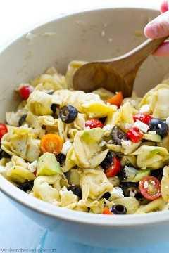 Traga esta salada de tortellini super fresca para qualquer piquenique e veja-a desaparecer! Carregado com um arco-íris de ingredientes mediterrânicos e misturado com um molho de ácido cítrico balsâmico. @WhovenHeavenly
