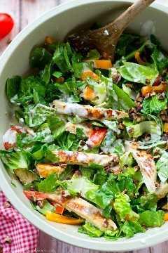 Frango grelhado marinado em rancho, um arco-íris de legumes frescos e muitas coberturas de rancho colidem nesta salada picada simples e saborosa. --- Será a sua nova salada favorita de verão em breve! @WhovenHeavenly