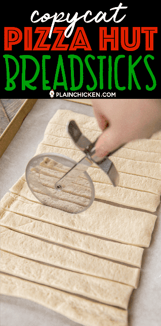 Copycat Pizza Hut Breadsticks - tan fácil de hacer y realmente delicioso !!! Masa de pizza refrigerada cubierta con queso parmesano, ajo en polvo, sal, cebolla en polvo, orégano y albahaca. Sumerja en salsa de pizza tibia. ¡Sabe igual que el original! ¡Listo para comer en menos de 20 minutos! #panetas #pizzahut #copycat