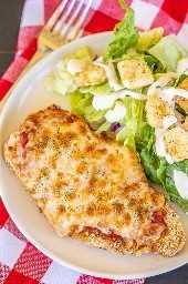 Parmesano de pollo Air Fryer: ¡todo el sabor y nada de grasa! ¡Estoy OBSESIONADO con este pollo crujiente y delicioso! Muy fácil de hacer y listo en unos 10 minutos. Chuletas de pollo, huevos, harina, pan rallado italiano, pan rallado panko, queso parmesano, salsa de espagueti y queso mozzarella. ¡Sirve con una ensalada simple y la cena está lista! #airfryer # pollo