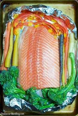 La manera infalible (y fácil) de hornear salmón perfectamente jugoso con calidad de restaurante en papel de aluminio. Terminado con un dulce y picante glaseado de miel Sriracha.