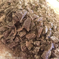 ¡Este doble pastel de chocolate Hershey's Kiss es la receta PERFECTA de pastel de chocolate! ¡Un mordisco te llevará al cielo del chocolate y ansiará más!