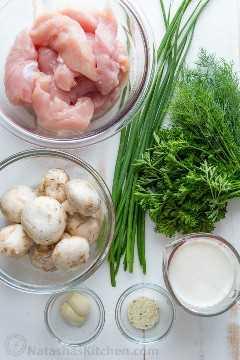 Ingredientes para el pollo con champiñones, una receta de pollo con champiñones, cebolla verde, perejil y eneldo